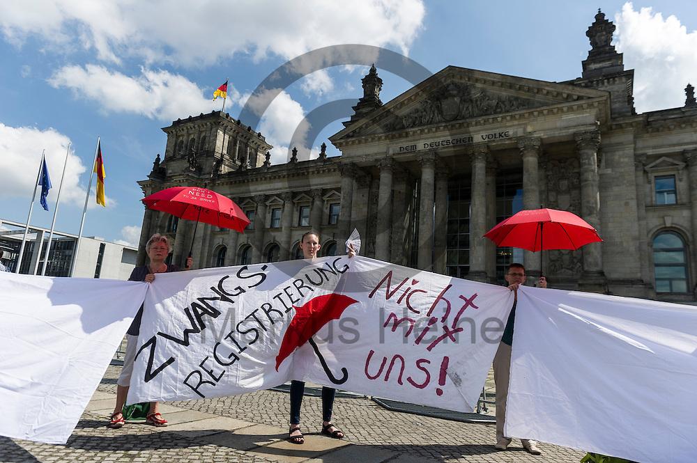 &quot;Zwangsregistrierung nicht mit uns!&quot; steht w&auml;hrend des Protest von Sexworkern am 02.06.2016 vor dem Bundestag in Berlin, Deutschland auf dem Transparent von Demonstranten. Mitarbeiter/innen aus dem Sexgewerbe Demonstrierten und der Motto &quot;Mein K&ouml;rper - Mein Bettlaken - Mein Arbeitsplatz&quot; gegen das gegen das Prostituiertenschutzgesetz das heute im Bundestag verhandelt wird. Foto: Markus Heine / heineimaging<br /> <br /> ------------------------------<br /> <br /> Ver&ouml;ffentlichung nur mit Fotografennennung, sowie gegen Honorar und Belegexemplar.<br /> <br /> Bankverbindung:<br /> IBAN: DE65660908000004437497<br /> BIC CODE: GENODE61BBB<br /> Badische Beamten Bank Karlsruhe<br /> <br /> USt-IdNr: DE291853306<br /> <br /> Please note:<br /> All rights reserved! Don't publish without copyright!<br /> <br /> Stand: 06.2016<br /> <br /> ------------------------------w&auml;hrend des Protest von Sexworkern am 02.06.2016 vor dem Bundestag in Berlin, Deutschland. Mitarbeiter/innen aus dem Sexgewerbe Demonstrierten und der Motto &quot;Mein K&ouml;rper - Mein Bettlaken - Mein Arbeitsplatz&quot; gegen das gegen das Prostituiertenschutzgesetz das heute im Bundestag verhandelt wird. Foto: Markus Heine / heineimaging<br /> <br /> ------------------------------<br /> <br /> Ver&ouml;ffentlichung nur mit Fotografennennung, sowie gegen Honorar und Belegexemplar.<br /> <br /> Bankverbindung:<br /> IBAN: DE65660908000004437497<br /> BIC CODE: GENODE61BBB<br /> Badische Beamten Bank Karlsruhe<br /> <br /> USt-IdNr: DE291853306<br /> <br /> Please note:<br /> All rights reserved! Don't publish without copyright!<br /> <br /> Stand: 06.2016<br /> <br /> ------------------------------