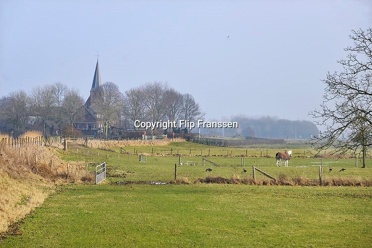 Nederland, Persingen, 18-1-2017Landelijk gebied rond dit dorpje, gehucht, in de Ooijpolder. De toren van het karakteristieke kerkje, kerktoren, is zichtbaar boven de bomen Er is aangegeven dat dit een stiltegebied is. Een paard staat in de wei.Foto: Flip Franssen
