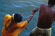 COUPLE DE BRAHMANES, VARANASI, INDE // Couple playing after their ritual ablutions in the Gange, in the sacred city of Varanasi.//Ce couple  joue après ses ablutions rituelles dans le Gange, dans la ville sacrée de Varanasi.