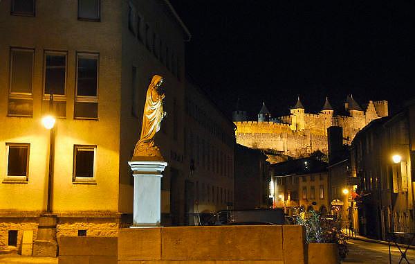 Frankrijk, Carcassonne, 20-9-2008Mariabeeld met op de achtergrond de ommuurde cité, oude stad.The fortified old, medieval city.Foto: Flip Franssen