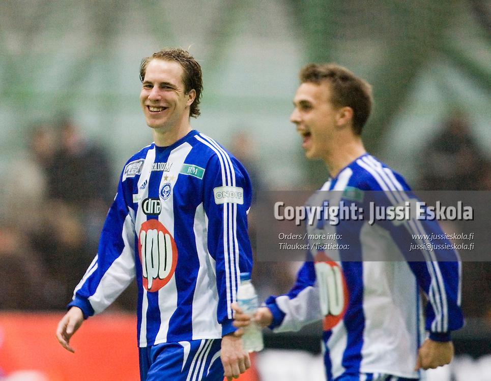 Vili Savolainen ja Jarno Parikka voitontunnelmissa. HJK-AC Oulu, liigacup, Helsinki 21.3.2007. Photo: Jussi Eskola