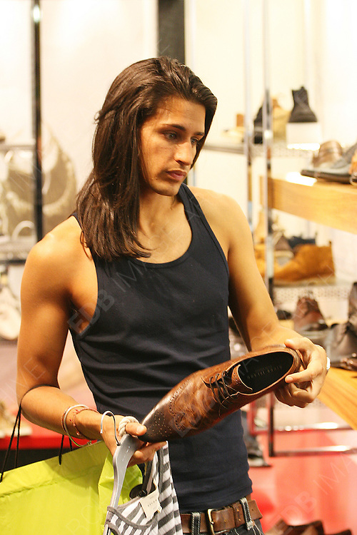 19.MAY.2011. LONDON<br /> <br /> MADE IN CHELSEA STAR OLLIE LOCKE SHOPPING IN LONDONS OXFORD STREET.<br /> <br /> BYLINE: EDBIMAGEARCHIVE.COM<br /> <br /> *THIS IMAGE IS STRICTLY FOR UK NEWSPAPERS AND MAGAZINES ONLY*<br /> *FOR WORLD WIDE SALES AND WEB USE PLEASE CONTACT EDBIMAGEARCHIVE - 0208 954 5968*