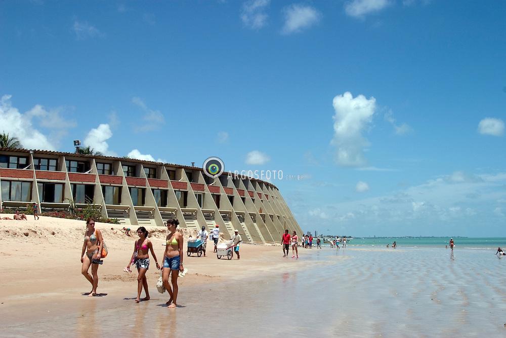 Joao Pessoa, PB, Brasil. 29/Jan/2005.Hotel Tropical Tambau, o mais tradicional da cidade, com sua fachada localizada nas areias da praia de Tambau./ Tambau beach and Tropical Tambau Hotel..Foto Adri Felden/Argosfoto