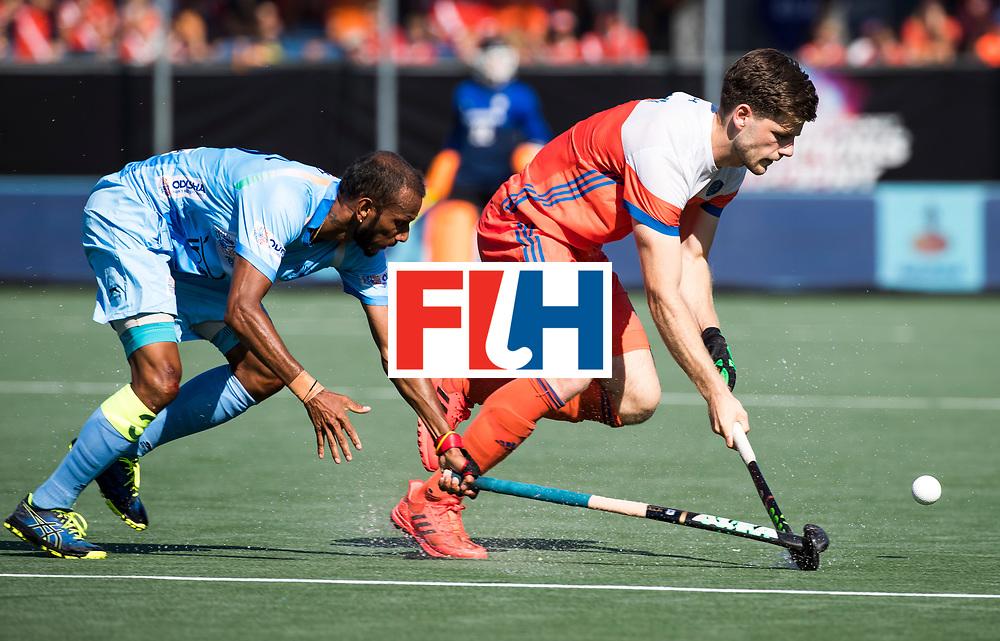 BREDA - Lars Balk (Ned) met Sunil Sowmarpet (Ind.) tijdens Nederland- India (1-1) bij  de Hockey Champions Trophy. India plaatst zich voor de finale.  COPYRIGHT KOEN SUYK