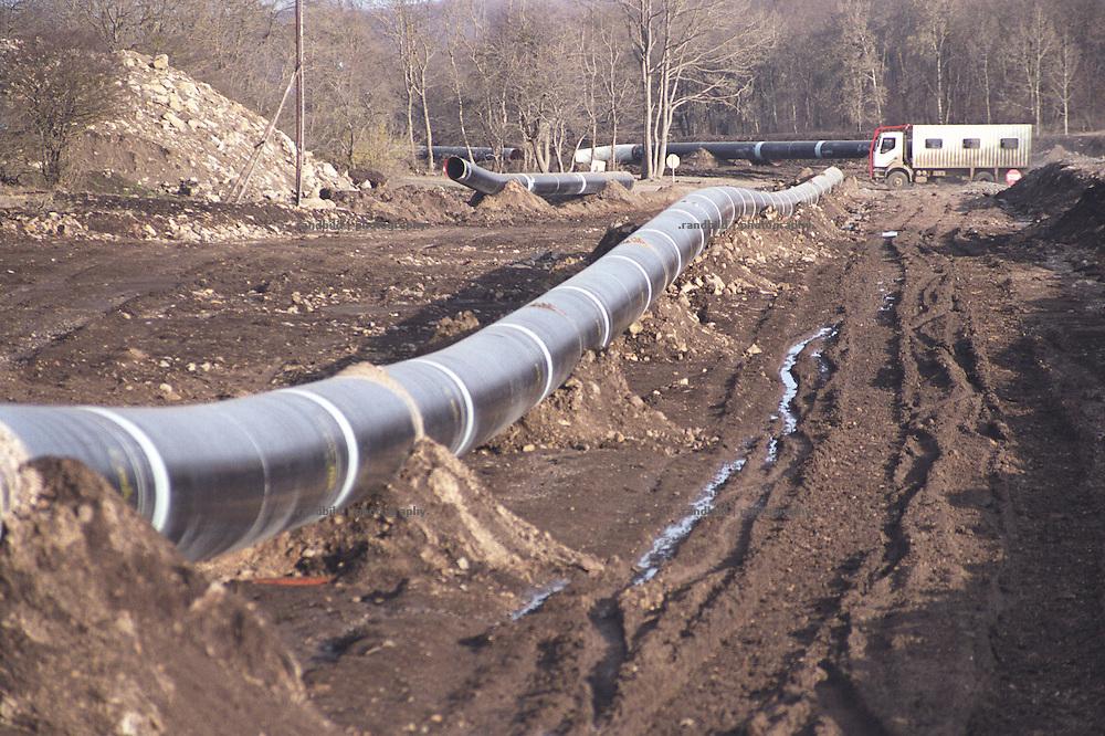 Nahe der georgischen Kleinstadt Tetritskaro liegt die Roehre der BTC Pipeline in der Landschaft...contruction site of BTC pipeline near Tetritskaro, Georgia.