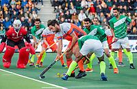 AMSTELVEEN -  Valentin Verga (Ned) in duel met Umar Bhutta (Pak)  tijdens de eerste Olympische kwalificatiewedstrijd hockey mannen ,  Nederland-Pakistan.  COPYRIGHT KOEN SUYK