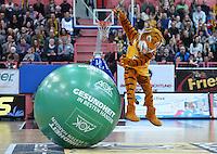 Basketball  1. Bundesliga  2015/2016  Hauptrunde 24. Spieltag  27.02.2016 Walter Tigers Tuebingen -  medi bayreuth Tigers Maskottchen Walter springt vom AOK Ball