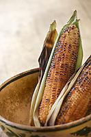 Mazorca de maiz asada al carbon,  una antojito callejero comun.
