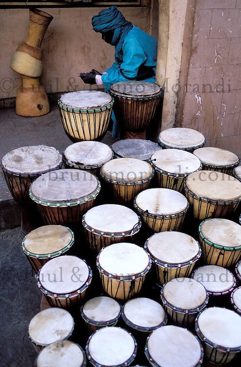 Mali, Bamako, marchand de percussion // Mali, Bamako, drum shop