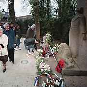 Dodenherdenking 2001 Huizen Naarderstraat, jongeren met krans bij Nederlandse vlag