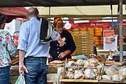 Nederland, Den Bosch, 6-9-2014Markt op de markt in de hoofdstad van noord brabant. Mensen zitten op de terrasjes die uitkijken op de handel.FOTO: FLIP FRANSSEN/ HOLLANDSE HOOGTE