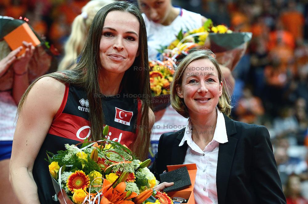 04-10-2015 NED: Volleyball European Championship Final Nederland - Rusland, Rotterdam<br /> Nederland verliest kansloos met 3-0 van het sterke Rusland / Gozde Yilmaz, Joelle Staps