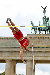 "05.09.2015, Brandenburger Tor, Berlin, GER, Leichtathletik Meeting, Berlin fliegt, im Bild Mark Hollis (USA) // during the Athletics Meeting ""Berlin flies"" at the Brandenburger Tor in Berlin, Germany on 2015/09/05. EXPA Pictures © 2015, PhotoCredit: EXPA/ Eibner-Pressefoto/ Fusswinkel<br /> <br /> *****ATTENTION - OUT of GER*****"
