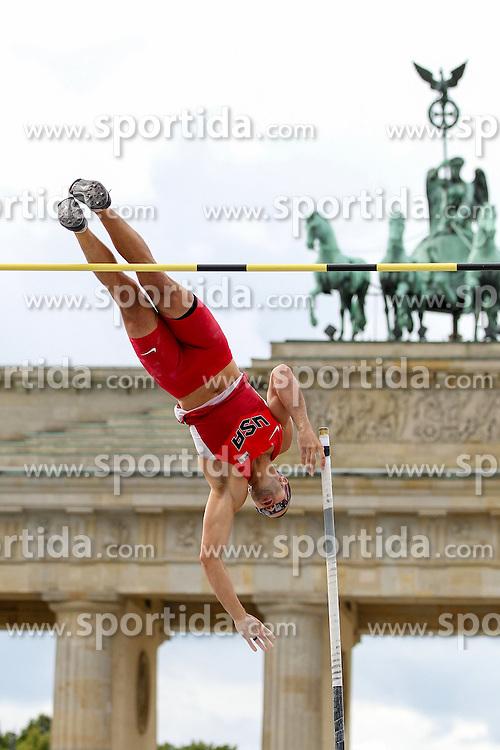 05.09.2015, Brandenburger Tor, Berlin, GER, Leichtathletik Meeting, Berlin fliegt, im Bild Mark Hollis (USA) // during the Athletics Meeting &quot;Berlin flies&quot; at the Brandenburger Tor in Berlin, Germany on 2015/09/05. EXPA Pictures &copy; 2015, PhotoCredit: EXPA/ Eibner-Pressefoto/ Fusswinkel<br /> <br /> *****ATTENTION - OUT of GER*****