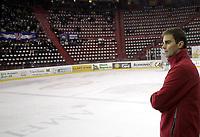 Ishockey<br /> GET-Ligaen<br /> 18.09.08<br /> Jordal Amfi<br /> Vålerenga VIF - Stjernen<br /> Morgan Andersen med VIFs supportere Klanen i bakgrunnen til venstre - Har i etterkant vært konflikt mellom disse partene<br /> Foto - Kasper Wikestad