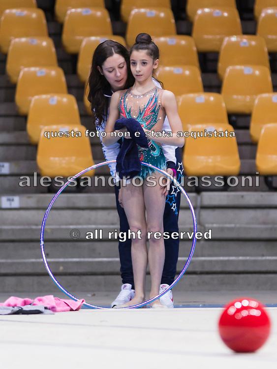 Alessia Leone dell'Eurogymnica con la sua allenatrice poco prima di entrare in pedana a Desio per un controllo federale.