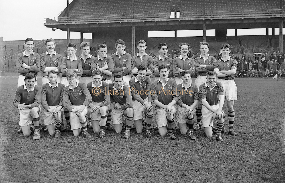 Neg No: .722/9803-9807...20031955CSF...20.03.1955..Colleges Semi-Final .Munster v. Leinster at Croke Park..Munster Team . ....RESCAN Cracked negative
