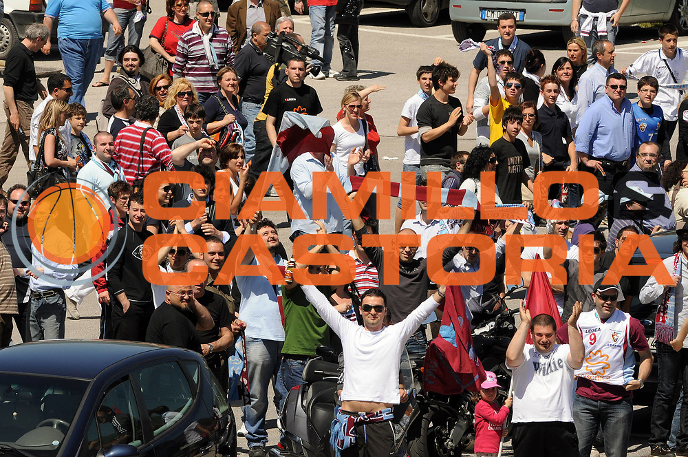 DESCRIZIONE : Udine Lega A 2008-09 Snaidero Udine Solsonica Rieti <br /> GIOCATORE : Tifosi Solsonica Rieti<br /> SQUADRA : Solsonica Rieti <br /> EVENTO : Campionato Lega A 2008-2009 <br /> GARA : Snaidero Udine Solsonica Rieti <br /> DATA : 10/05/2009 <br /> CATEGORIA : Esultanza <br /> SPORT : Pallacanestro <br /> AUTORE : Agenzia Ciamillo-Castoria/E.Grillotti