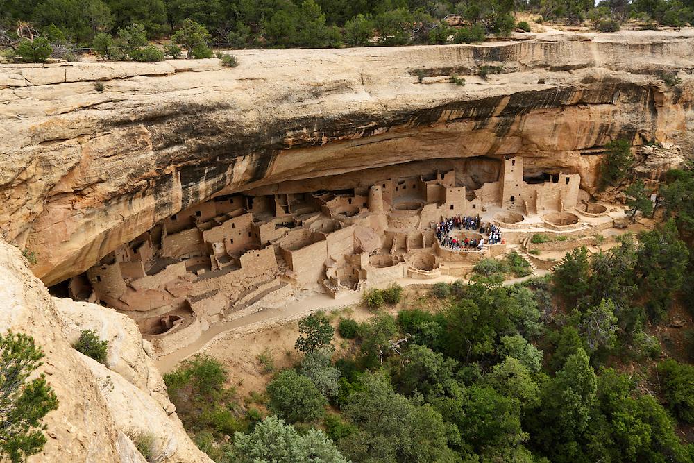 Grupo de turistas en las ruinas indias de Cliff Palace, Mesa Verde National Park, Colorado (Estados Unidos)