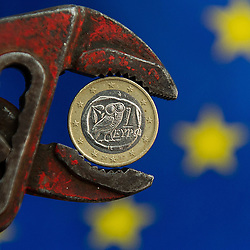 THEMENBILD - Griechischer Euro in Zange vor Europäischer Flagge. Aufgenommen am 29.06.2015 in Wien, Österreich // Greek euro currency in a pliers in front of the flag of the european union. Austria on 2015/06/29. EXPA Pictures © 2015, PhotoCredit: EXPA/ Michael Gruber