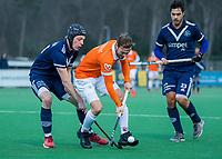 BLOEMENDAAL - Roel Bovendeert (Bldaal) met Morris de Vilder (Pinoke) tijdens de competitie hoofdklasse hockeywedstrijd heren, Bloemendaal-Pinoke (3-2)   COPYRIGHT KOEN SUYK