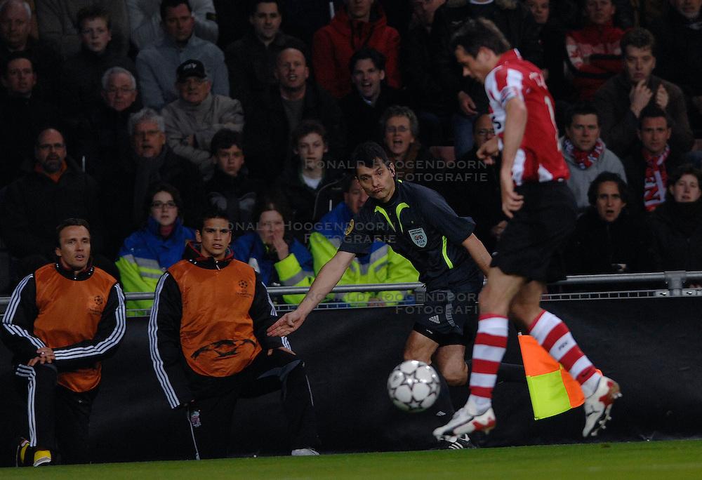 04-04-2007 VOETBAL: PSV - LIVERPOOL: EINDHOVEN<br /> PSV verliest kansloos met 3-0 van Liverpool / Grensrechter Christian Thoison geeft aan doorspelen aan Phillip Cocu<br /> &copy;2007-WWW.FOTOHOOGENDOORN.NL