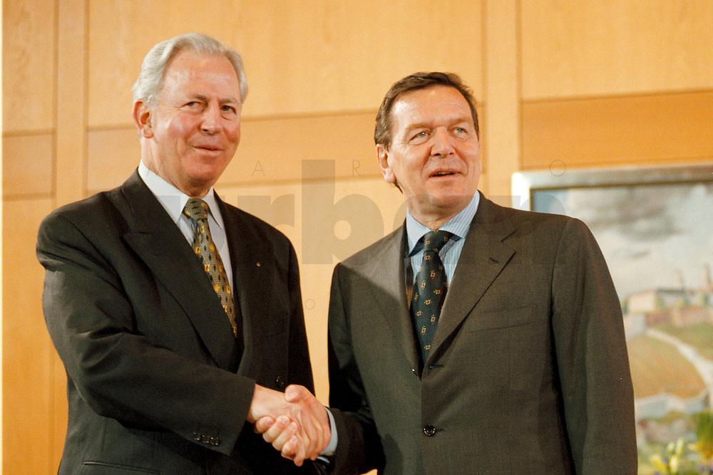 11.01.1999, Deutschland/Bonn:<br /> Jacques Santer, Präsident der Europäischen Kommission, und Gerhard Schröder, Bundeskanzler, Fototermin vor einem Treffen, Heckelzimmer, Bundeskanzleramt, Bonn<br /> IMAGE: 19990111-01/01-15<br /> KEYWORDS: Gerhard Schroeder