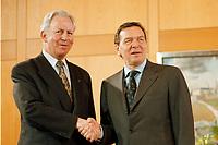 11.01.1999, Deutschland/Bonn:<br /> Jacques Santer, Pr&auml;sident der Europ&auml;ischen Kommission, und Gerhard Schr&ouml;der, Bundeskanzler, Fototermin vor einem Treffen, Heckelzimmer, Bundeskanzleramt, Bonn<br /> IMAGE: 19990111-01/01-15<br /> KEYWORDS: Gerhard Schroeder