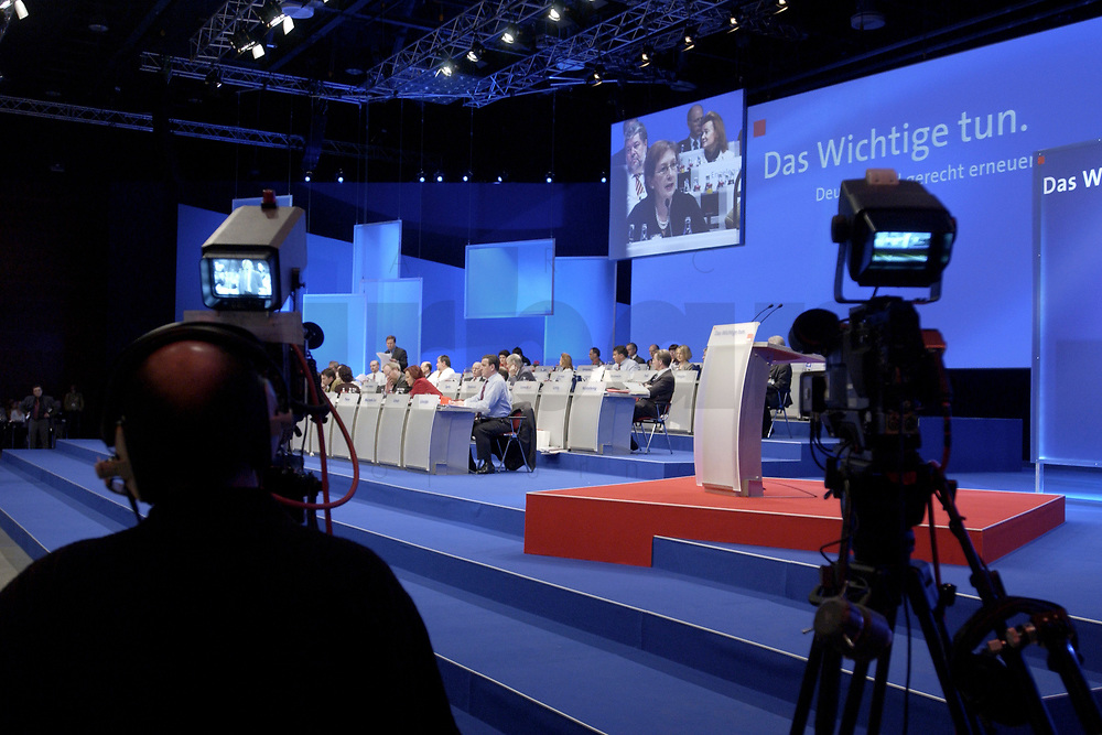 18 NOV 2003, BOCHUM/GERMANY:<br /> Fernsehkameras vor der Buehne, SPD Bundesparteitag, Ruhr-Congress-Zentrum<br /> IMAGE: 20031118-01-086<br /> KEYWORDS: Parteitag, party congress, SPD-Bundesparteitag, Camera, Kamera
