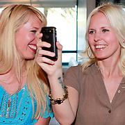NLD/Amsterdam/20110420 - Presentatie nieuwe editie L' Homme, Bettina Holwerda en manager filmen optreden Jim Bakum