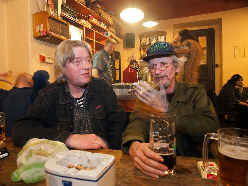 """Gäste in der Szene Kneipe zum ,,Ausgeschossenen Auge"""" im Prager Stadtteil Zizkov. Prag, Tschechische Republik,19.12.2008, Foto : Björn Steinz"""