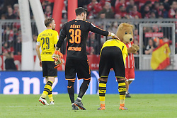 31.03.2018, Allianz Arena, Muenchen, GER, 1. FBL, FC Bayern Muenchen vs Borussia Dortmund, 28. Runde, im Bild Torwart Roman Buerki (Borussia Dortmund #38) troestet Manuel Akanji (Borussia Dortmund #16), links Marcel Schmelzer (Borussia Dortmund #29) // during the German Bundesliga 28th round match between FC Bayern Munich and Borussia Dortmund at the Allianz Arena in Muenchen, Germany on 2018/03/31. EXPA Pictures © 2018, PhotoCredit: EXPA/ Eibner-Pressefoto/ Stuetzle<br /> <br /> *****ATTENTION - OUT of GER*****