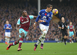 30.10.2016, Goodison Park, Liverpool, ENG, Premier League, FC Everton vs West Ham United, 10. Runde, im Bild Ramiro Funes Mori of Everton and Michail Antonio of West Ham United in action // Ramiro Funes Mori of Everton and Michail Antonio of West Ham United in action during the English Premier League 10th round match between FC Everton and West Ham United at the Goodison Park in Liverpool, Great Britain on 2016/10/30. EXPA Pictures © 2016, PhotoCredit: EXPA/ Focus Images/ Michael Sedgwick<br /> <br /> *****ATTENTION - for AUT, GER, FRA, ITA, SUI, POL, CRO, SLO only*****
