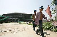 Arbeiter verlassen die Baustelle des Velodroms. © Urs Bucher/EQ Images