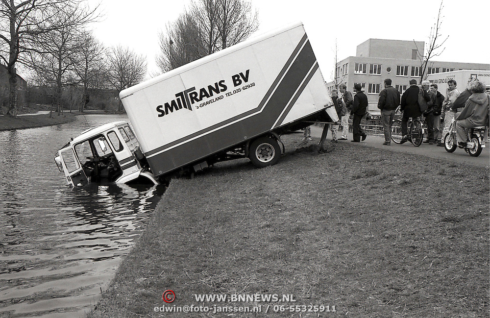 NLD/Huizen/19930405 - Ongeval Gooierserf Huizen, vrachtwagen te water geen gewonden