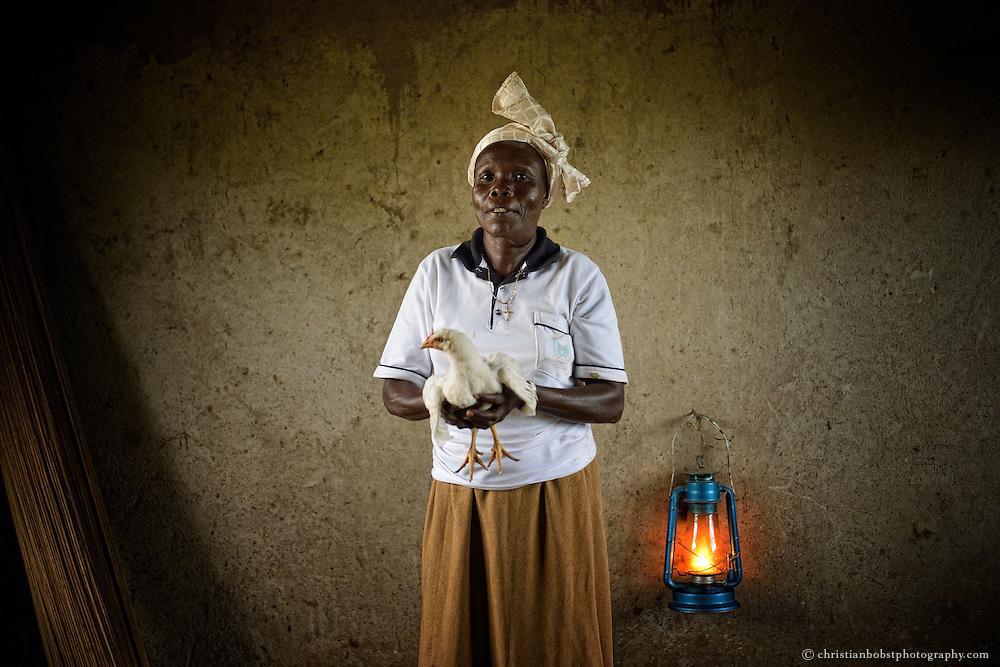 Poultry unit of the Abula Meta Women Group, Besta Modo füttert die Hähnchen.