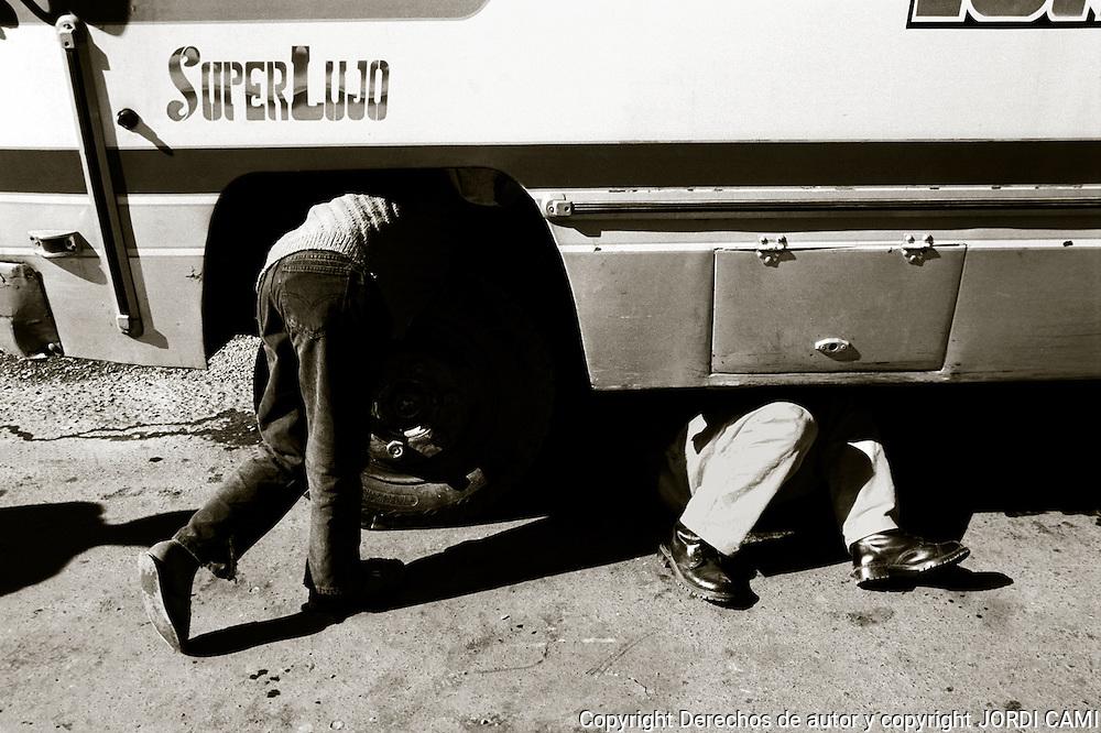 El mal estado de los veh&Igrave;culos y la carretera obliga a los conductores a detenerse a menudo y reparar su veh&Igrave;culo.<br /> Foto : JORDI CAMI