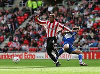 Fotball<br /> 2004/2005<br /> Foto: SBI/Digitalsport<br /> NORWAY ONLY<br /> <br /> Sunderland v Derby County<br /> Coca-Cola Championship, Stadium of Light, Sunderland 02/10/2004.<br /> <br /> Sunderland's Jeff Whitley (L) skips past Derby's Inigo Idiakez (R).