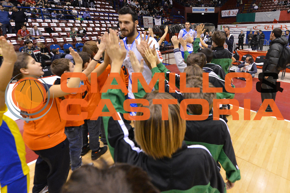DESCRIZIONE : Milano Lega A 2012-13 EA7 Emporio Armani Milano Banco di Sardegna Sassari<br /> GIOCATORE : team bambini<br /> CATEGORIA : mani pregame<br /> SQUADRA : Banco di Sardegna Sassari<br /> EVENTO : Campionato Lega A 2012-2013 <br /> GARA :  EA7 Emporio Armani Milano Banco di Sardegna Sassari<br /> DATA : 02/12/2012<br /> SPORT : Pallacanestro <br /> AUTORE : Agenzia Ciamillo-Castoria/GiulioCiamillo<br /> Galleria : Lega Basket A 2012-2013  <br /> Fotonotizia : Milano Lega A 2012-13 EA7 Emporio Armani Milano Banco di Sardegna Sassari<br /> Predefinita :