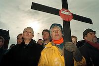 22 FEB 1996, BREMERHAVEN/GERMANY:<br /> Friedrich Hennemann, ehem. Vorstandsvorsitzender des Bremer Vulkan, und ein Beschaeftigter des Bremer Vulkan, waehrend einer Demonstration gegen den drohenden Konkurs des Bremer Vulkan<br /> IMAGE: 19960222-01/01-03<br /> KEYWORDS: Demo, Demonstrant, Demonstrator, Arbeiter, worker