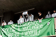 Roma 23 marzo 2011.'Blitz' antinuclearista nel palazzo dell'Enel in viale Regina Margherita a Roma,manifestanti delle  reti sociali e ambientaliste romane 'No Nukè  hanno occupato un piano della sede dell'Enel esponendo striscioni  contro la scelta del nucleare dell'Enel e del Governo Berlusconi.