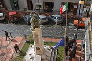 Sala Consilina, 10/02/2015: anziani sotto il monumento ai caduti