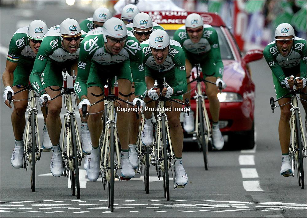 Château-Thierry 10.07.2002   Tour de France..4 etappe. Lagtempo. Credit Agricole i tet rett før de krysser mål. Thor Hushovd bak til venstre.....Foto: Daniel Sannum Lauten/Dagbladet *** Local Caption *** Agricole,Credit