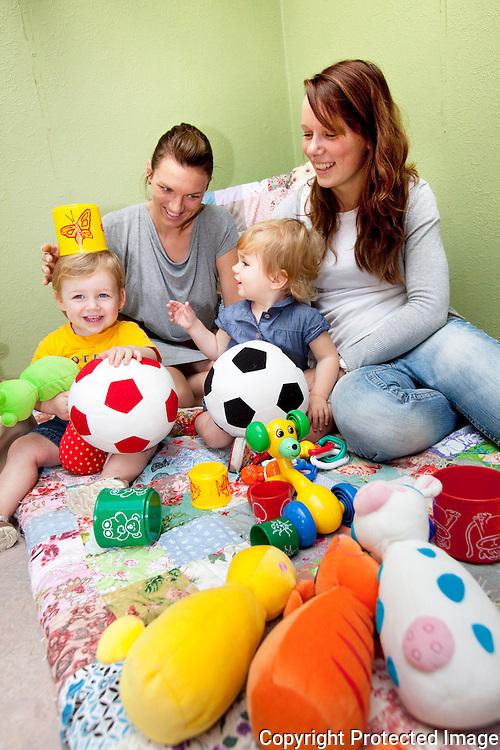 365309-nieuwe kinderdagverblijf-Lotje Van Leemputten ( geel ), Lies Asselberghs, Ella-Noor Laeremans (blauw) en Joyce Maes-Paradijzen 2 Wiekevorst