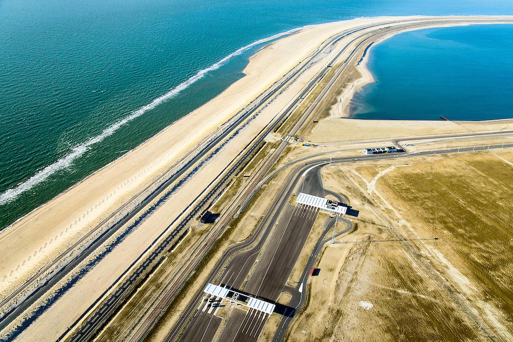 Nederland, Zuid-Holland, Rotterdam, 18-02-2015; Tweede Maasvlakte, de nieuwe Maasvlakteweg naar de Yangtzehaven. Entree tot de containerterminals van Rotterdam World Gateway (RWG). In zee de zgn. harde zeewering die het nieuwe land moet beschermen, de blokkendam.<br /> Maasvlakte 2 (MV2), extension of the Port of Rotterdam. In the sea the so-called  hard sea defenses to protect the new land, the block dam.<br /> luchtfoto (toeslag op standard tarieven);<br /> aerial photo (additional fee required);<br /> copyright foto/photo Siebe Swart