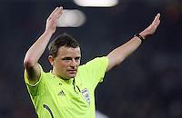 Fussball           EM Qualifikation        17.11.07 Deutschland - Zypern Referee Peter RASMUSSEN (DEN), gestikuliert.