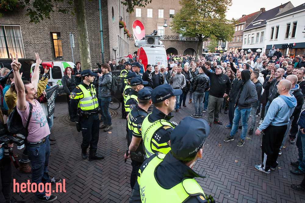 The Netherlands, Nederland Enschede 14sept2015 Voorafgaand aan een gemeenteraadsvergadering in Enschede demonstreren  voor- en tegenstanders van een nieuw te openen AZC in Enschede bij het stadhuis van Enschede. foto: Cees Elzenga HH