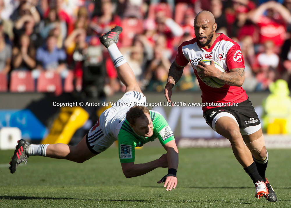 Lions v Highlanders. Matt Faddes of the Highlanders misses his tackle on Lionel Mapoe of the Emirates Lions during the 2016 Super Rugby semi-final match at Ellis Park, Johannesburg, 30 July 2016. <br /> <br /> &copy; Anton de Villiers / www.photosport.nz