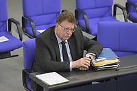DEU, Deutschland, Germany, Berlin, 22.04.2020: Hans-Joachim Fuchtel (CDU), Parlamentarischer Staatssekretär im BMEL, bei der Fragestunde in einer Plenarsitzung im Deutschen Bundestag. Im Mittelpunkt der Debatten standen die Maßnahmen der Bundesregierung zur Bekämpfung der Folgen der Corona-Krise. Um Ansteckungen von Abgeordneten mit dem Coronavirus zu vermeiden, darf nur jeder Dritte Stuhl besetzt werden, zwei Plätze dazwischen müssen frei gehalten werden.