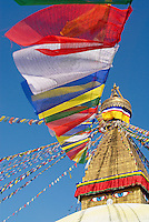 Nepal. Vallee de Kathmandu. Stupa bouddhiste de Bodnath. Drapeau de priere. // Nepal. Kathmandu valley. Buddhist stupa of Bodnath. Prayer flag.